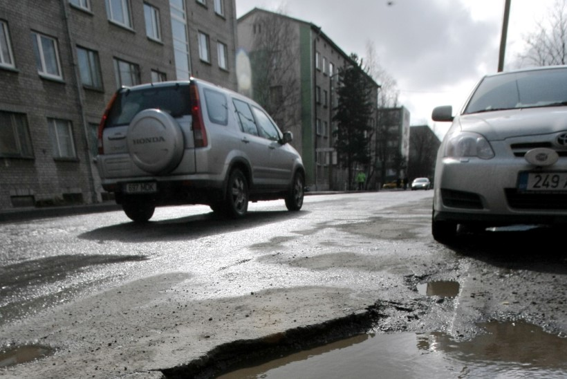 Auto lõhkunud juhid nõuavad linnalt 5352 eurot kahju