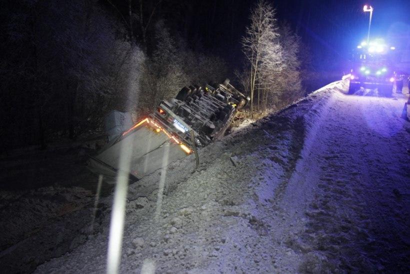 FOTOD | Lumesopasel teel katusele keeranud veokit juhtinud noor mees hukkus