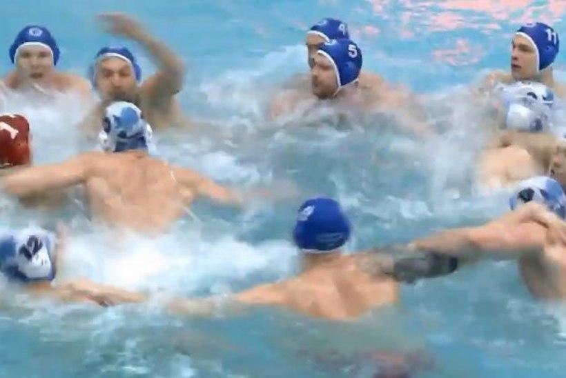 Игроки по водному поло устроили массовую драку в бассейне (ВИДЕО)
