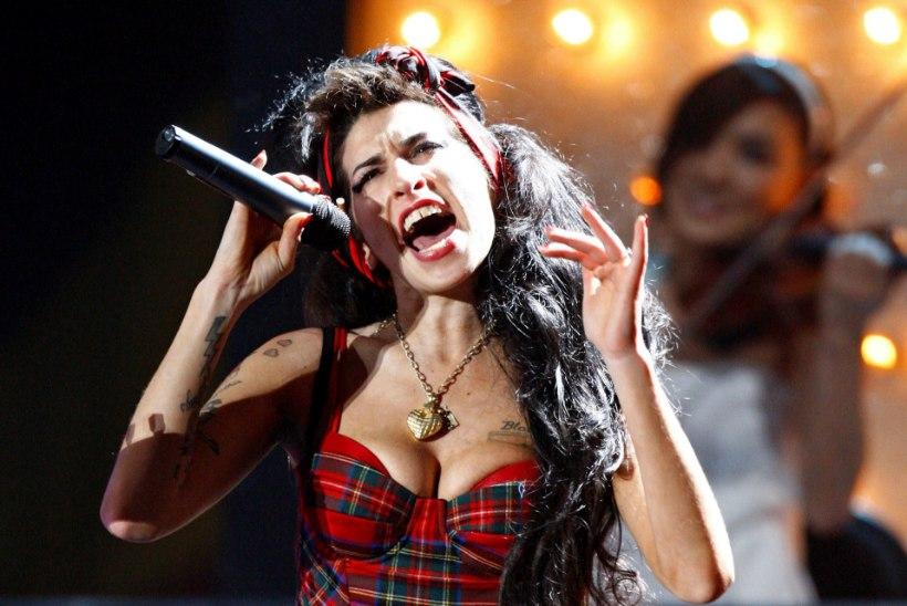 Amy Winehouse laulab haua tagant taustavokaali