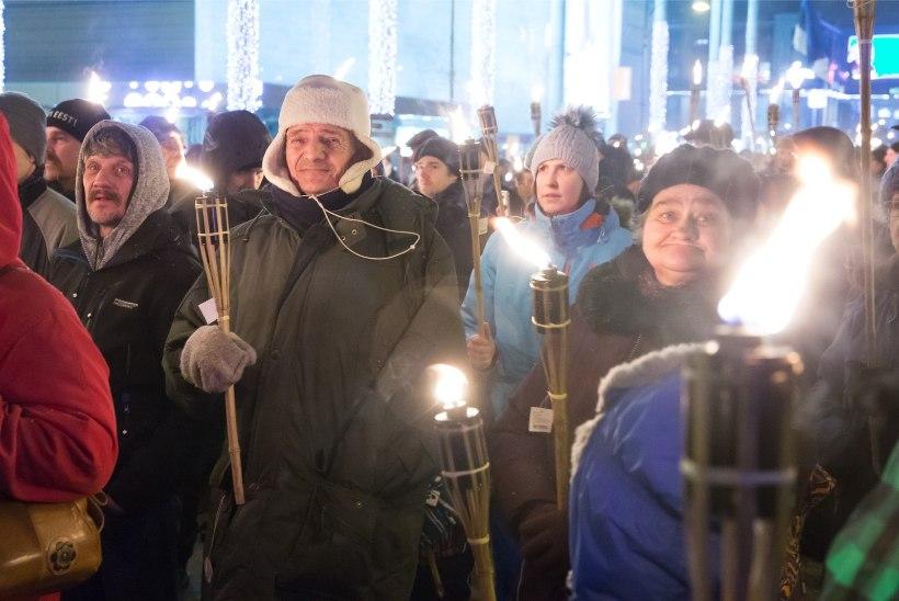 GALERII   Elagu Tartu rahu! Pool tuhat inimest kogunes Tartu tõrvikurongkäigule