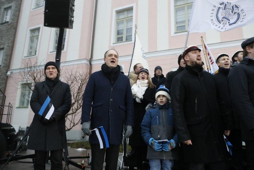 GALERII |  Pika Hermanni tornis heisati pidulikult sinimustvalge Eesti lipp
