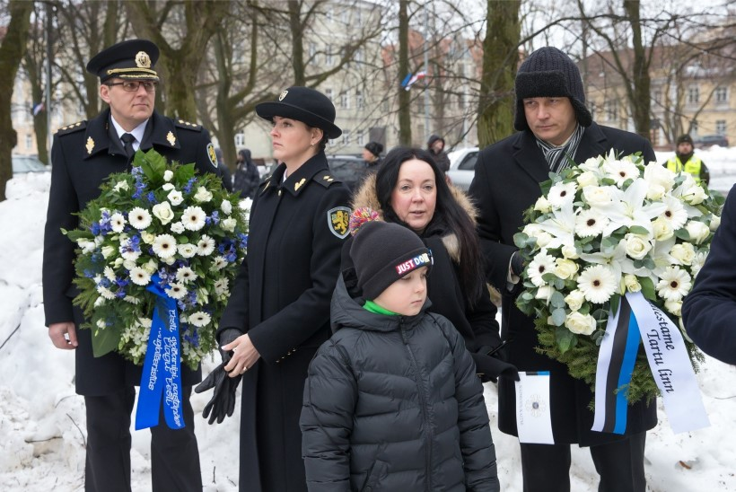 GALERII   Tartu Kalevipoja ausammas sai selga sinimustvalge pidurüü