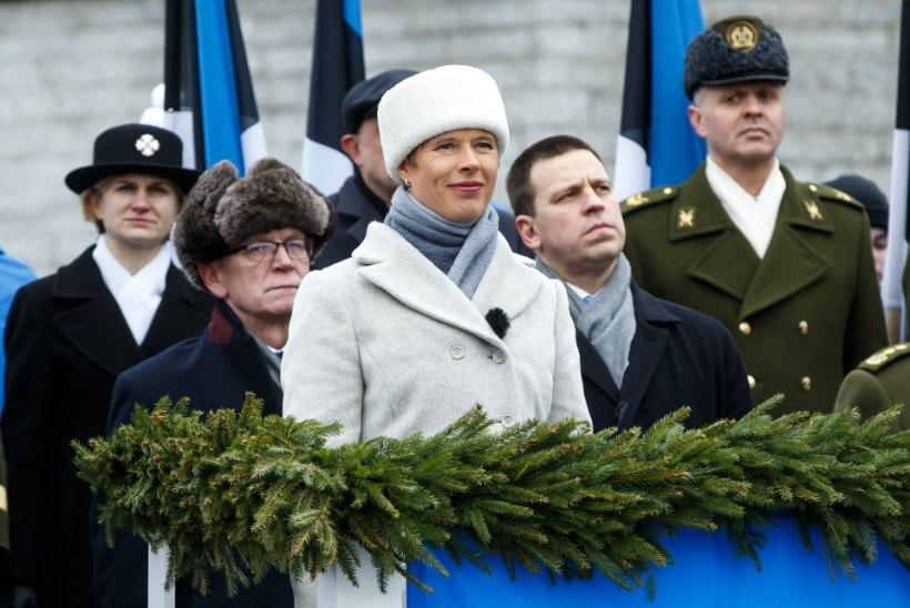 NUTIKAS TAASKASUTUS! President sai vabariigi aastapäeva puhul politseilt kingiks vanadest vormijopedest tehtud käpikud