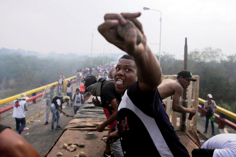 Kaos Venezuela piiril: põlesid autod välisabiga, politsei kasutas pisargaasi ja kummikuule