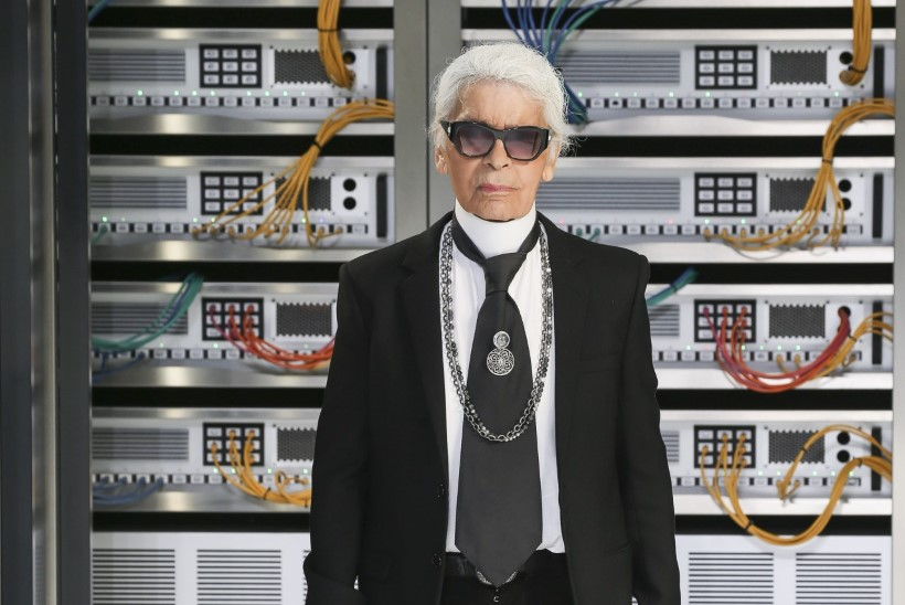 Maailm jättis moekeisriga hüvasti: loe, milliseid Eesti disainereid Karl Lagerfeld inspireeris!