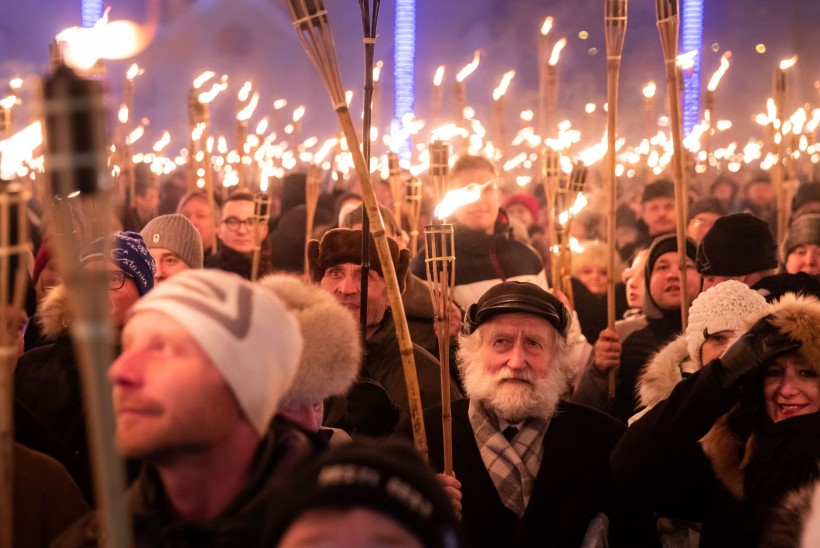 ÕL VIDEO JA GALERII   Rongkäigul marssinud tuhandetele tõrvikukandjatele esines Tõnis Mägi, kohal olid ka EKRE vastased