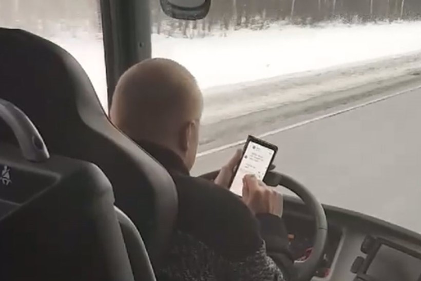 ВИДЕО: водитель рейсового автобуса Пярну-Таллинн сидит в телефоне во время езды