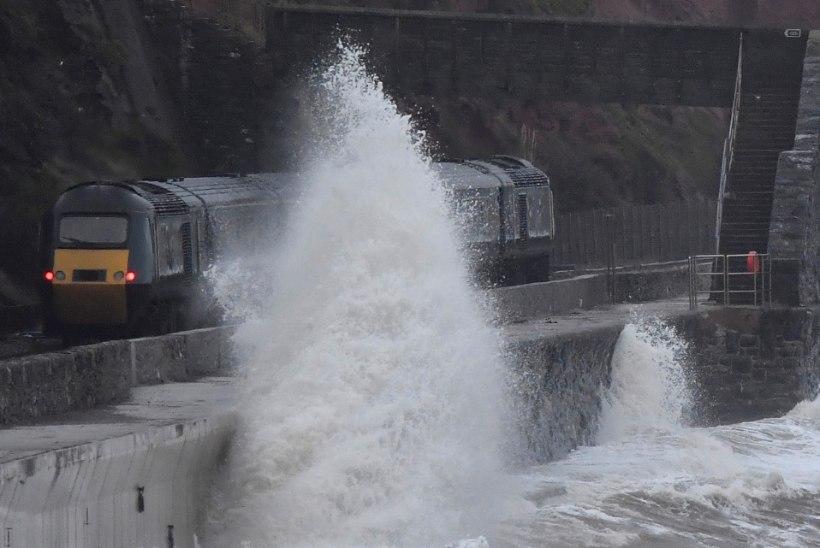 FOTOD | vaata, kuidas torm Erik Inglismaal inimesi hirmutab ja hullutab