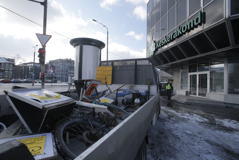 ÕL VIDEO JA GALERII | Keskerakonna kontori eest koristati protestiplakateid
