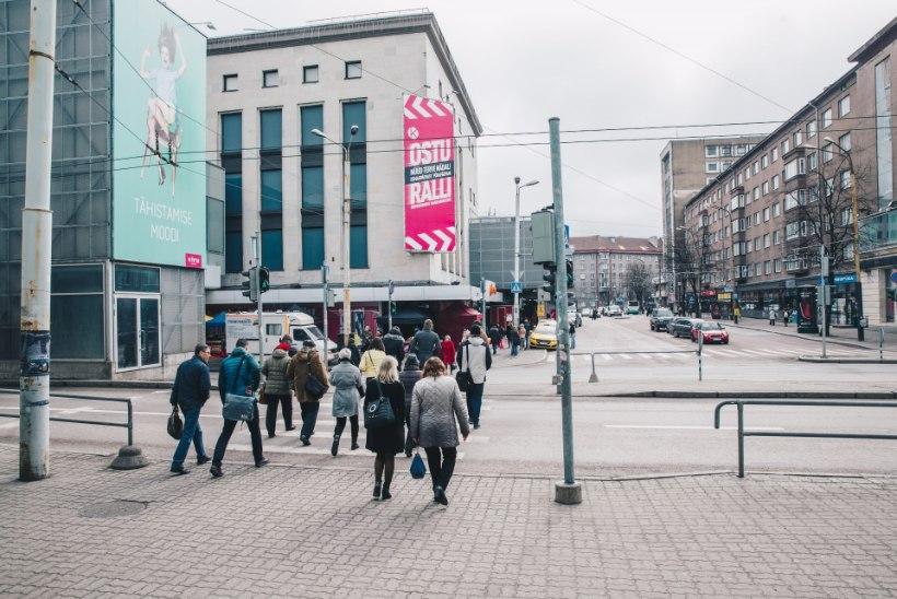 Tallinna kesklinnas sai peatuses seisnud vanahärra liinibussilt löögi