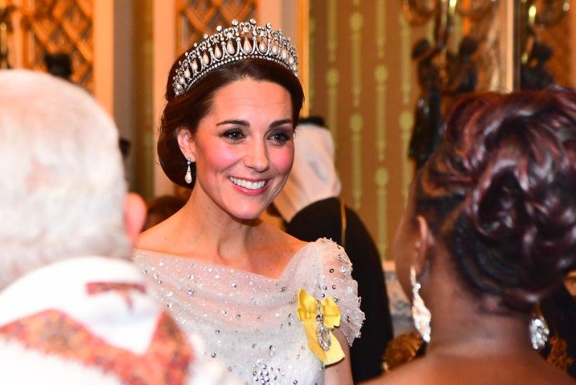 Karm kord: loe, millised reeglid kaasnevad kuninglike peakatete kandmisega!