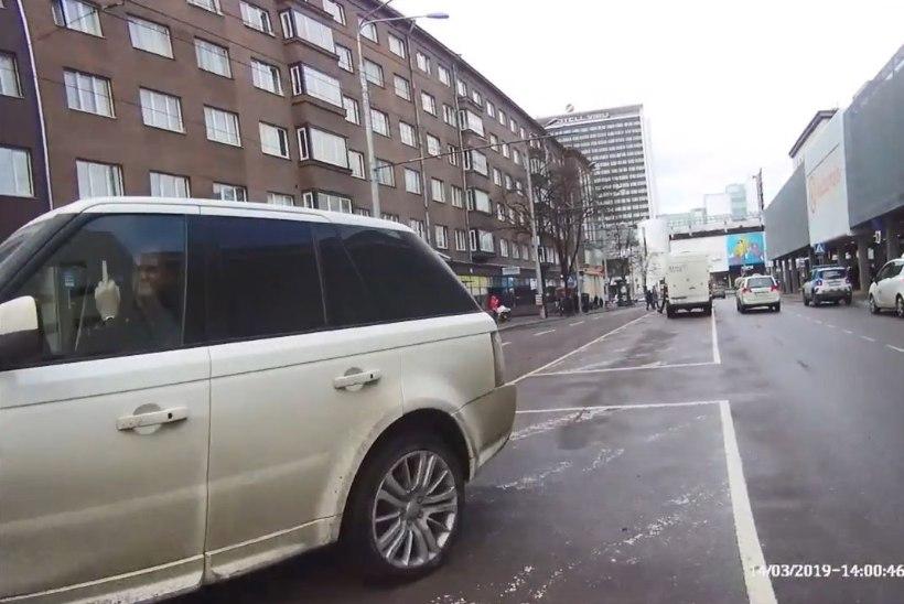 VIDEO | Nahaalselt vales kohas parkinud juht näitas mupole keskmist sõrme