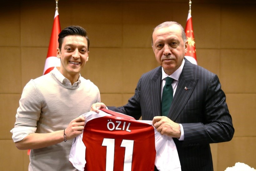 JULGE LÜKE! Mesut Özil otsustas Erdogani oma pulma kutsuda