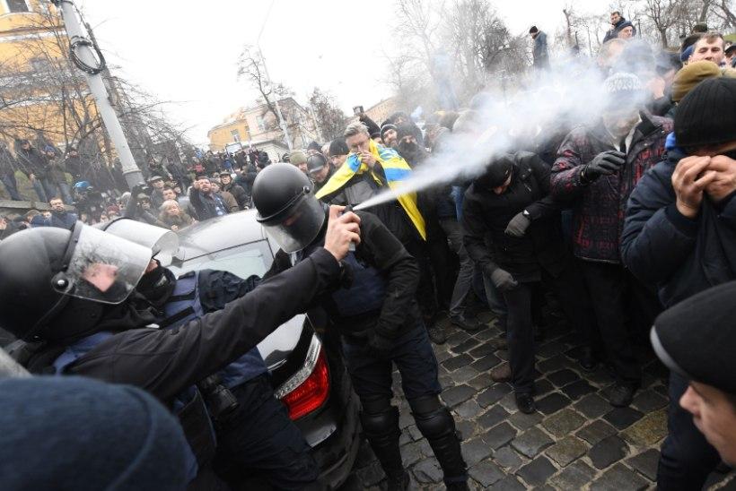 VALEARVESTUS: Bulgaaria politseinik pihustas pipragaasi meeleavaldajate suunas, kuid tuul paiskas selle hoopis korrakaitsjatele näkku