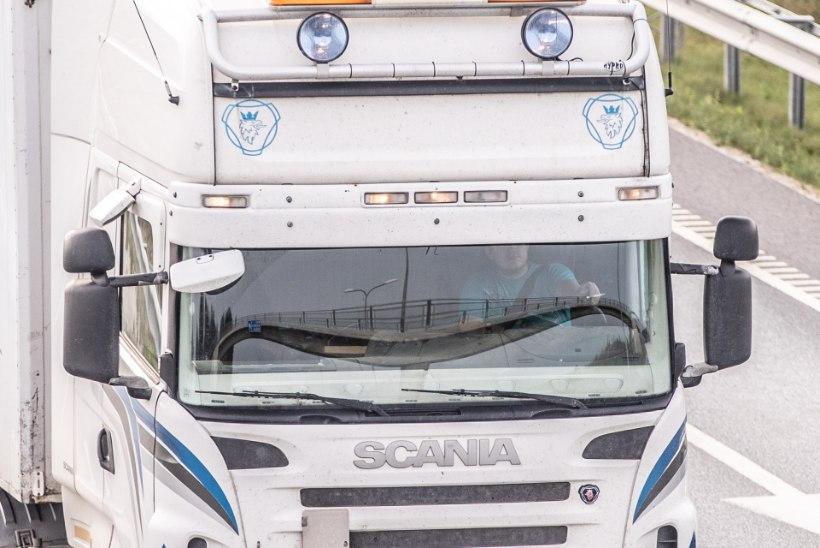 Politsei palub abi leidmaks esmaspäeval sõiduautole kahju tekitanud veokite juhte