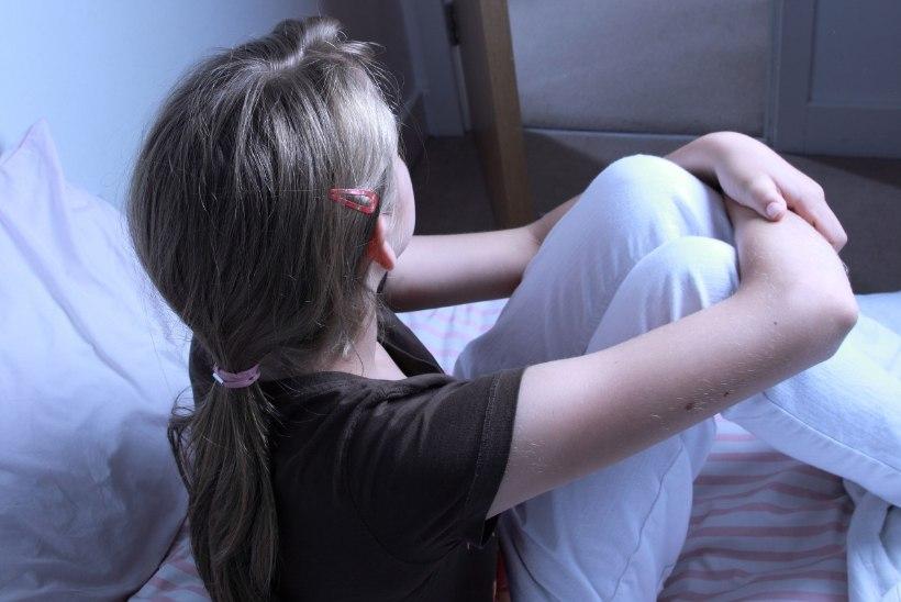 VABATAHTLIK SEKS POOLE HINNAGA: alaealine tüdruk kupeldas meestele oma sõbrannat