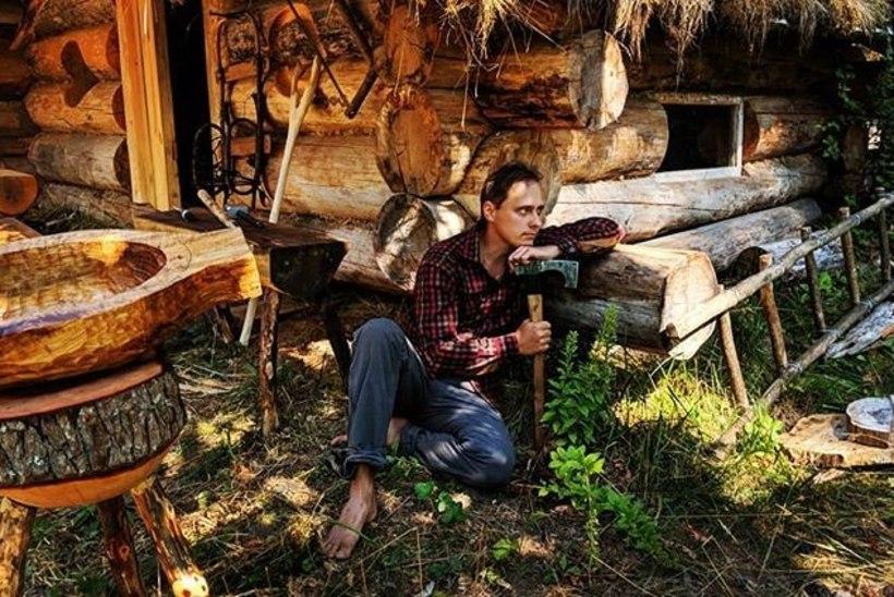 Адвокат уже пять лет проводит отпуск, строя избу в глухом карельском лесу