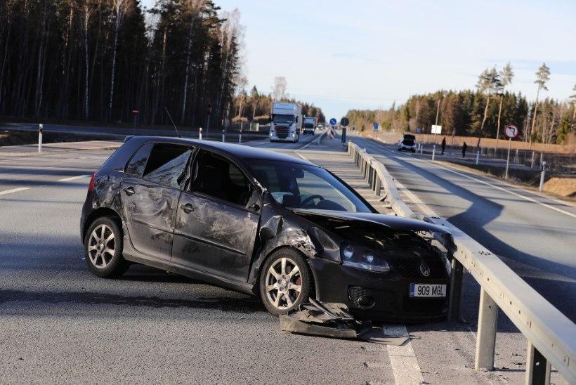 FOTOD | Tallinna-Pärnu maanteel põrkasid kokku veok ja sõiduauto