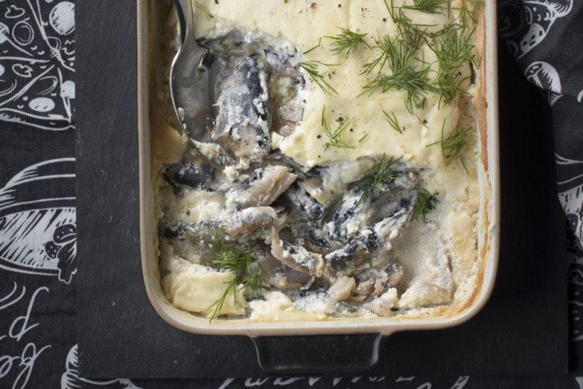 Kodune ja lihtne räimevorm juustukatte, seente ja sibulaga