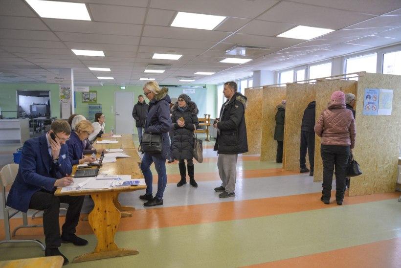 GALERII | Pühapäeva hommikul on Viljandi valimisjaoskonnad rahvast täis