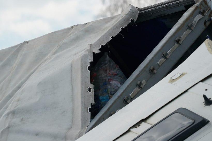FOTOD | Järva maakonnas sõitis veok kraavi