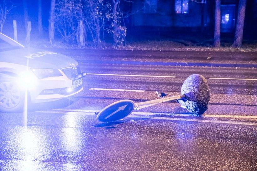 Juhtimisõiguseta alaealine sõitis Laagris liiklusmärke maha ja lõpetas kraavis