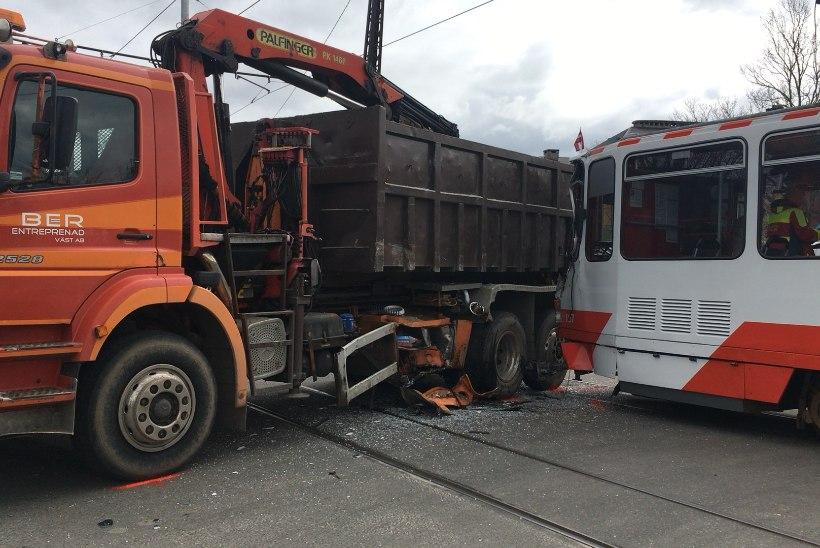 FOTOD | Tramm sõitis ristmikul reegleid eiranud veokile hooga sisse