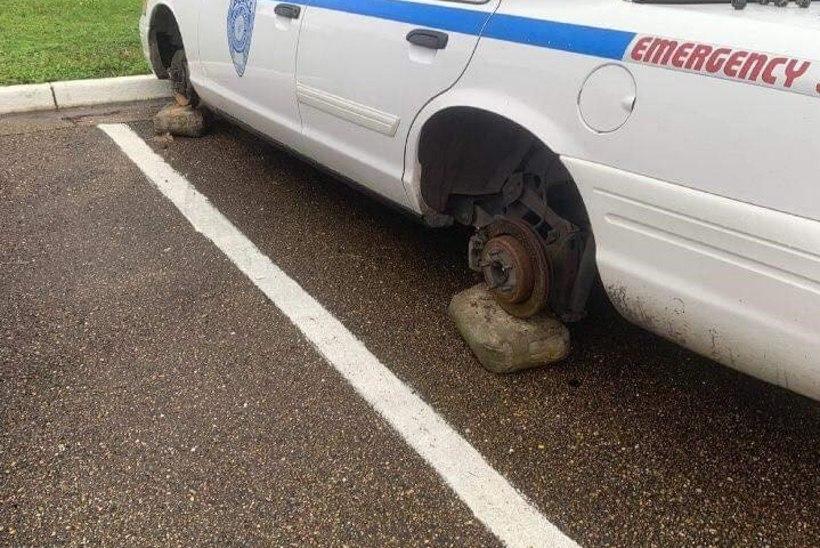 JULGED KELMID: kurjategijad varastavad politseiautodelt rattaid