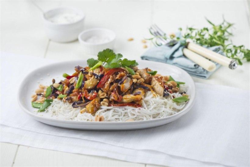 Maapähklivõi kastmes kana riisinuudlitega