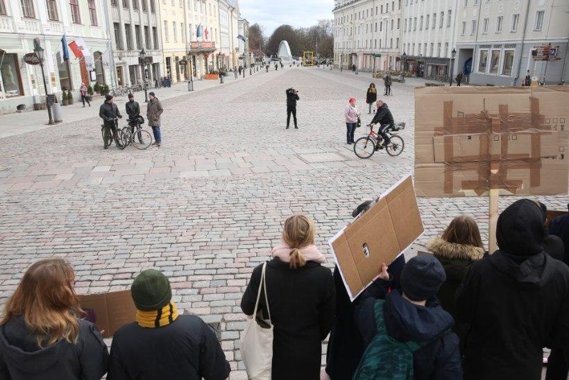GALERII | PLAKATID JA LOOSUNGID: Tartu raeplats on täis protesteerivaid noori