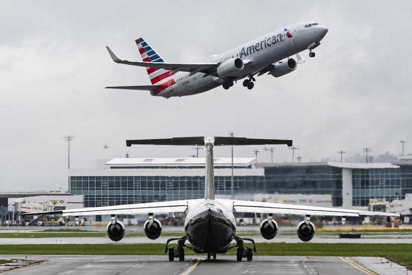 Пассажир устроил переполох в самолете и выпрыгнул из двери