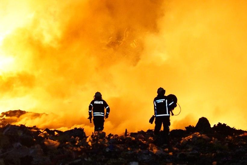 FOTOD | Öösel süttis Väätsa prügila, tulekahju põhjus on teadmata