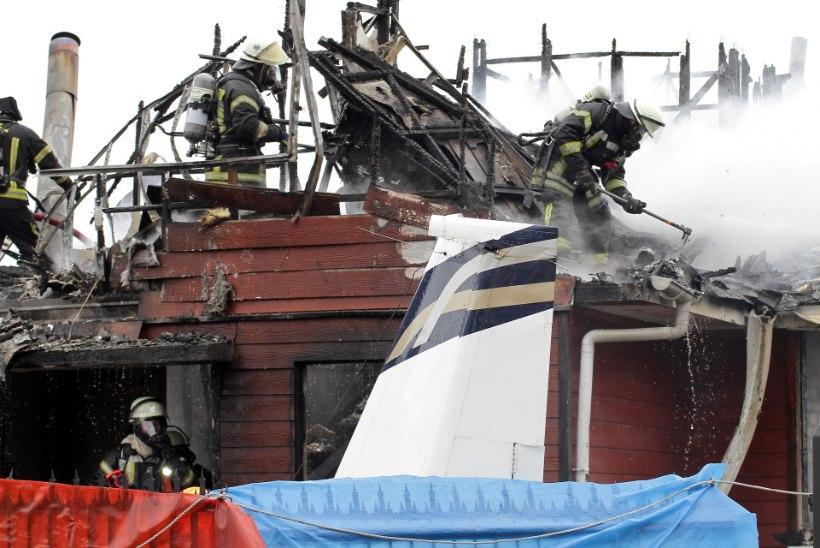 Lennuk sööstis majja: kuus hukkunut