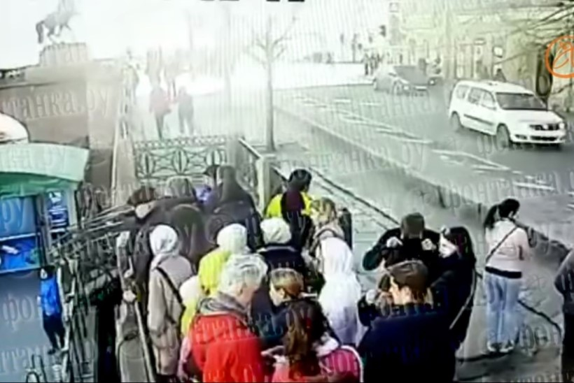 Видео: эстонка оказалась среди пешеходов, в которых врезался автомобиль в центре Петербурга