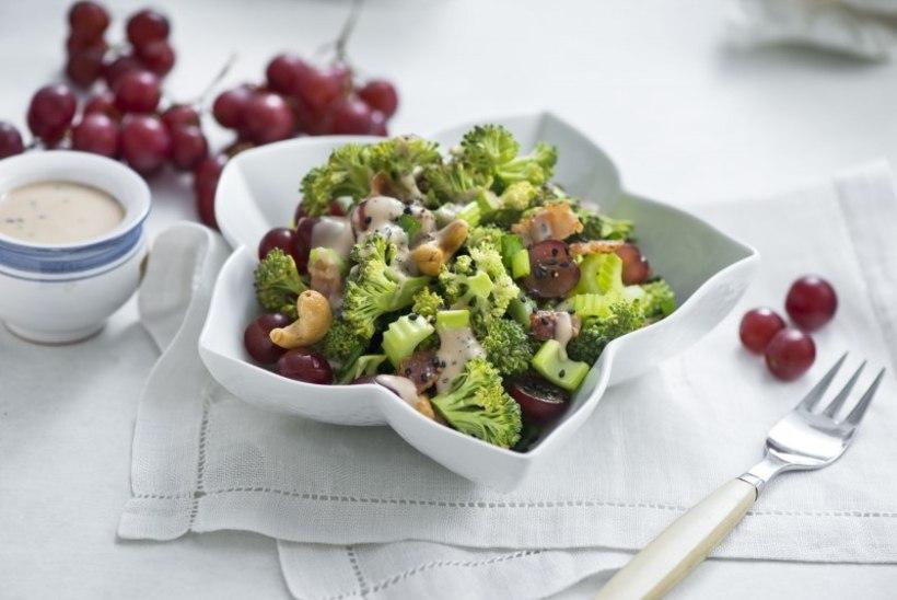 Mahlakas brokoli-sellerisalat viinamarjade ja krõbeda peekoniga