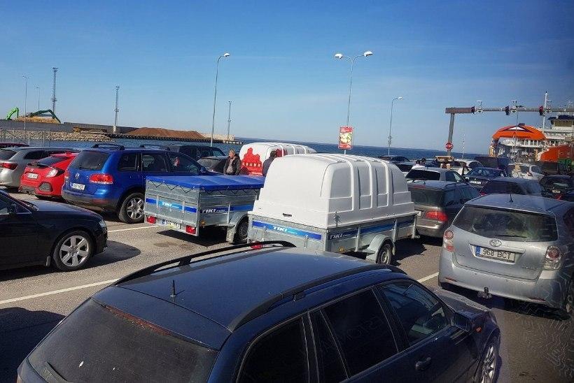 FOTOD | Pühad käes! Virtsu sadamas on pikad järjekorrad