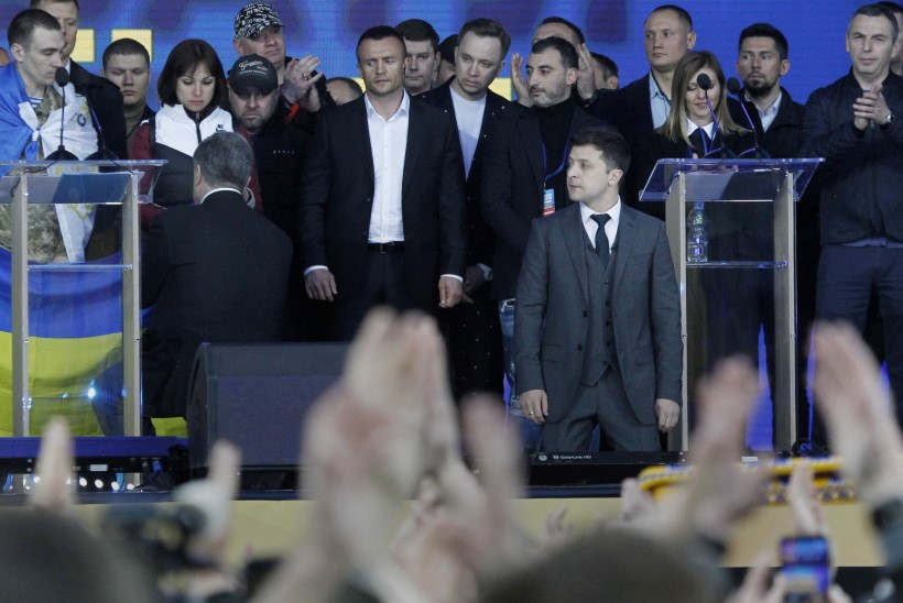 Порошенко и Зеленский встали на колени перед украинцами
