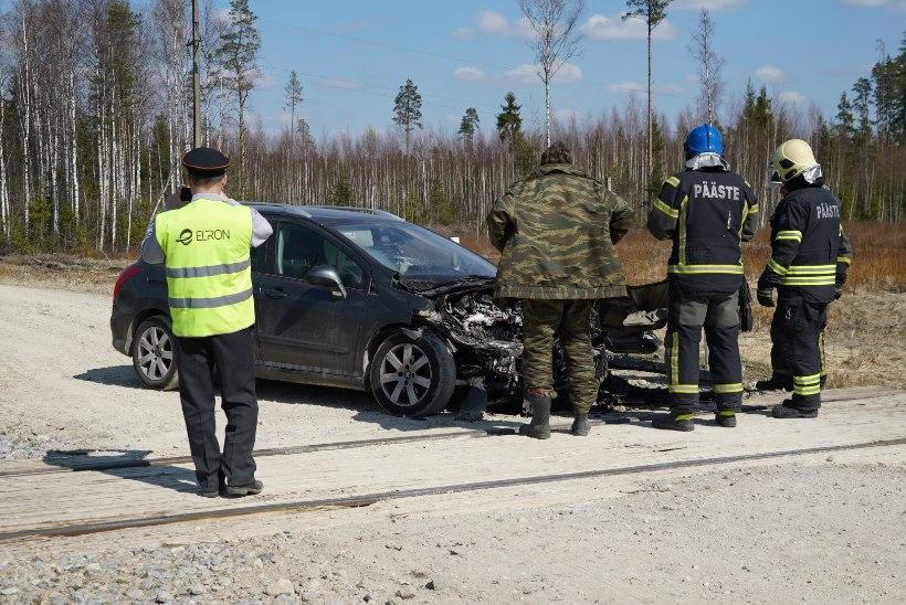 FOTOD | Järvamaal sõitis sõiduauto reisirongile sisse