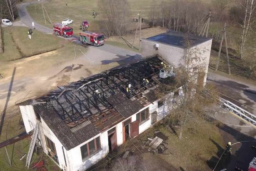GALERII | Pärnumaal põles katlamaja koos alajaamaga