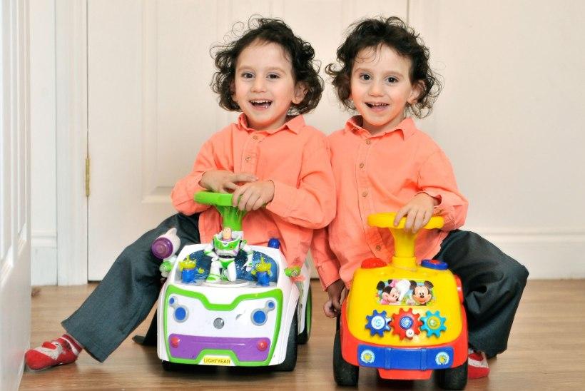 VIDEO   Tom Hanks tegi siiami kaksikutena sündinud poistele liigutava kingi