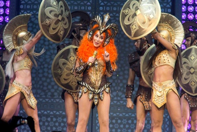72aastane Cher astus lavale bravuurikalt napis kostüümis