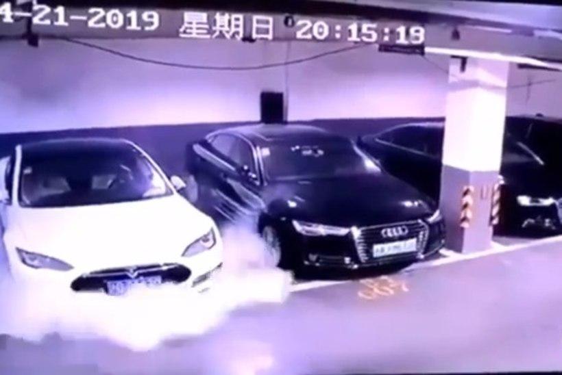Hiinas lahvatas Tesla elektriauto leekidesse