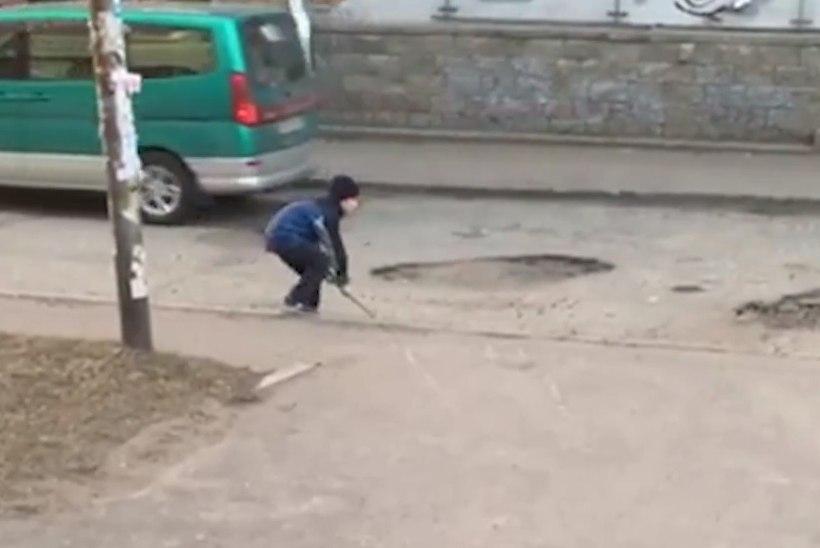 TÖÖKAS NOORMEES: vene poiss täitis katkise mängulabidaga löökauke
