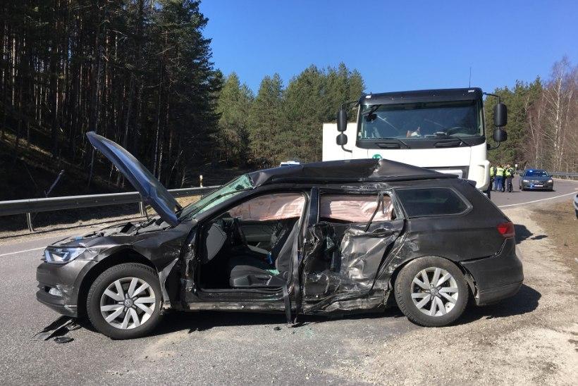 FOTOD | Pärnumaal põrutas piimaveok otsa sõiduautole