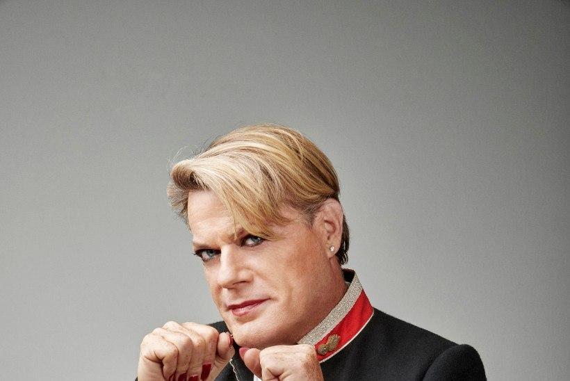 Eestit külastav mees-lesbist koomik: kui naised kannavad seelikuid, võin seda teha ka mina