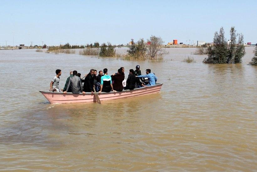 FOTOD JA VIDEO   Iraani tabanud üleujutused viivad endaga kaasa maju ja inimesi