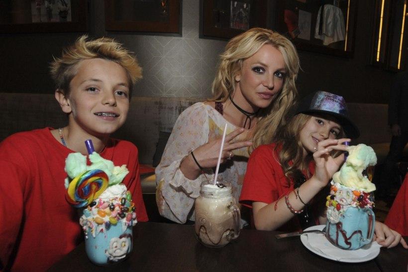 Britney pojad elavad ema närviravi ajal isa Kevin Federline'i pool