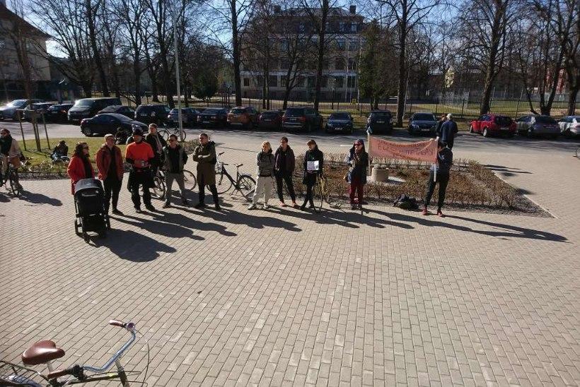 PILTUUDIS   Keskerakonna volikogu peetakse protesti saatel