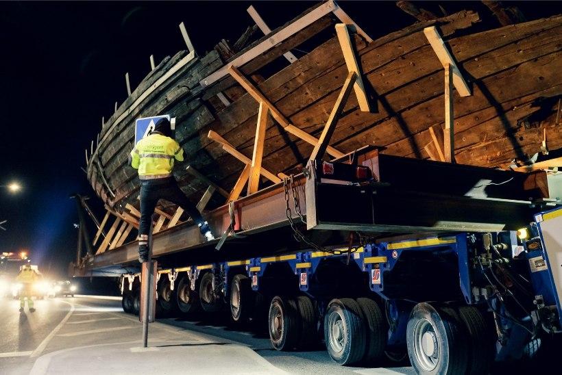 GALERII | Vaata, kuidas koge vrakk öises Tallinnas uude kohta jõudis!
